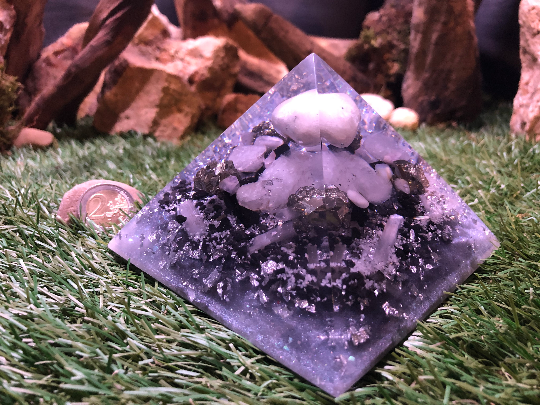 Orgonite pyramidale labradorite blanche de 12 cm / pyrite / shungite brute / sélénite / cristal de roche / feuilles d'argent / métaux