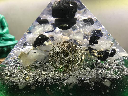 Orgonite pyramidale tourmaline noire de 16 cm / shungite / cristal de roche / symbole fleur de vie / tronçons d'aloe vera / feuilles d'or / métaux / moellons phosphorescents