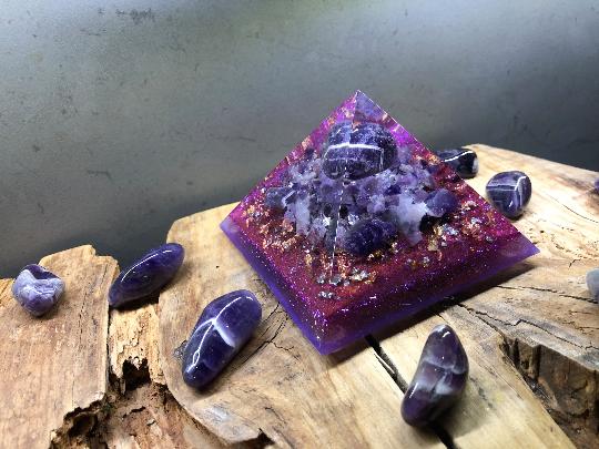 Orgonite pyramidale améthystes de 9 cm / améthystes chevrons / quartz rose / cristal de roche / feuilles d'or & argent & cuivre / métaux
