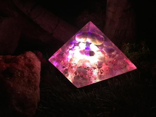 Orgonite pyramidale améthyste de 9 cm / améthystes chevrons / quartz rose / cristal de roche / feuilles d'or & cuivre / métaux