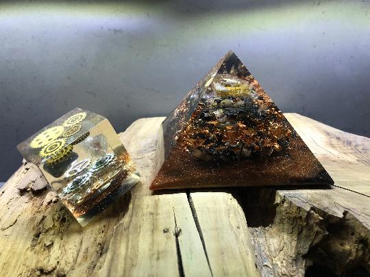 Orgonite pyramidale calcite orange brute de 12 cm / shungite brute / pierre de lave / cristal de roche / feuilles de cuivre / métaux / zinc