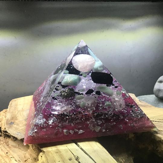 Orgonite pyramidale quartz rose de 16 cm / amazonite / tourmaline noire brute / aventurine verte / pyrite / cristal de roche / feuilles d'argent / métaux