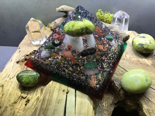 Orgonite pyramidale opale verte de 14 cm / jaspe vert, rouge /unakite jaune, noir / cornaline / cristal de roche / feuilles d'or & cuivre / métaux