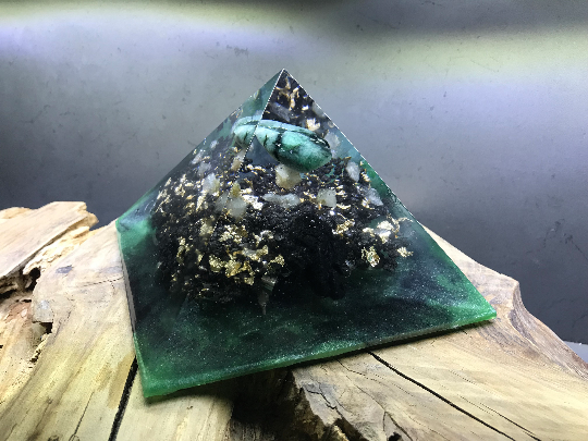 Orgonite pyramidale émeraude verte polie de 14 cm / cristal de roche / quartz noir / tête de ganesh / feuilles d'or / copeaux aluminium & zinc