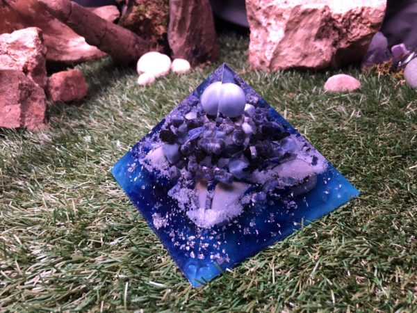 Orgonite pyramidale angélite 14 cm sodalite / shungite brute / quartz bleu / cristal de roche / feuilles d'argent / métaux