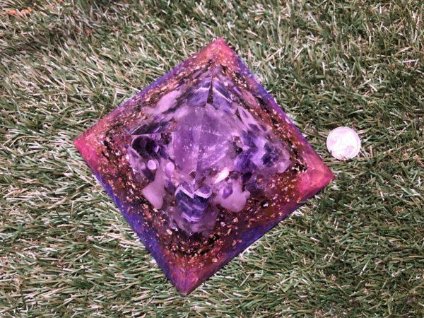 Orgonite pyramidale améthyste 14 cm / améthyste chevron / quartz rose / tourmaline noire / cristal de roche / feuilles d'or / d'argent & cuivre / métaux