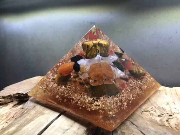 Orgonite pyramidale œil de tigre 12 cm cornaline / shungite brute / cristal de roche / feuilles d'or et de cuivre / métaux