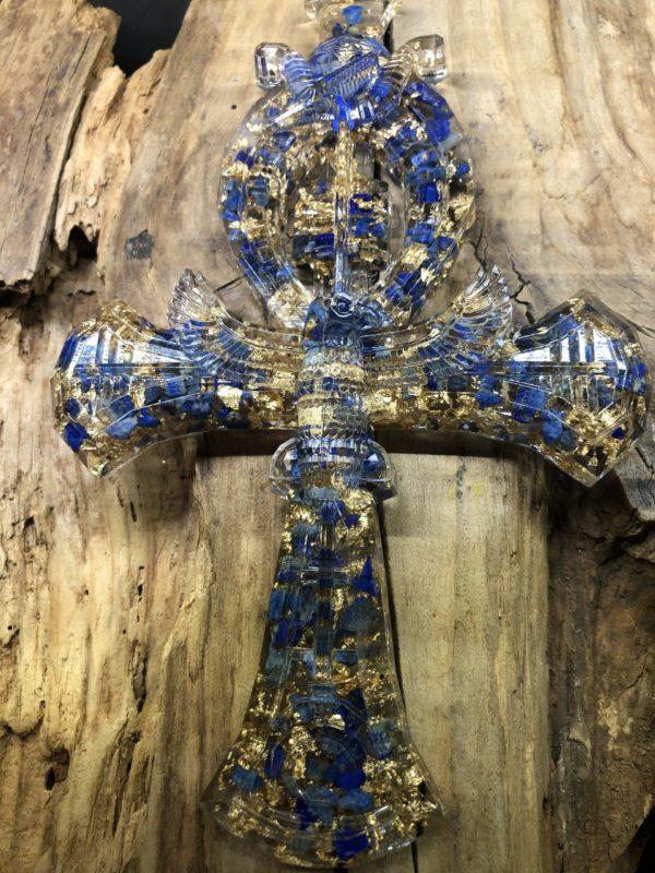 Croix d'Ankh Orgonite avec lapis-lazuli. Fabrication Artisanale