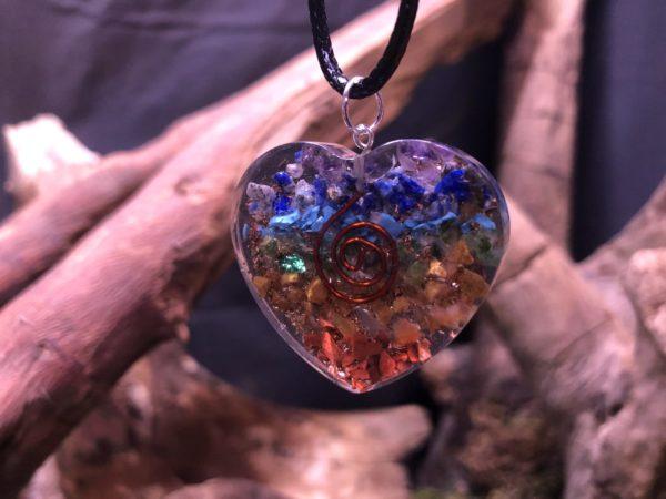Orgonite pendentif en forme de coeur 7 chakras