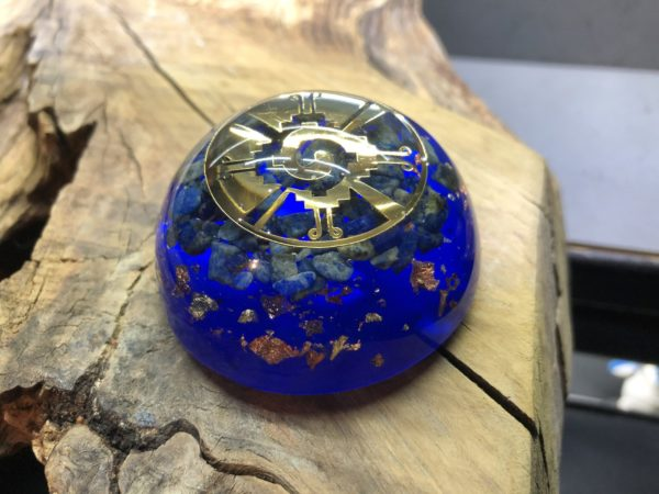 Orgonite demi sphère avec Lapis-lazuli et symbole Hunab Ku