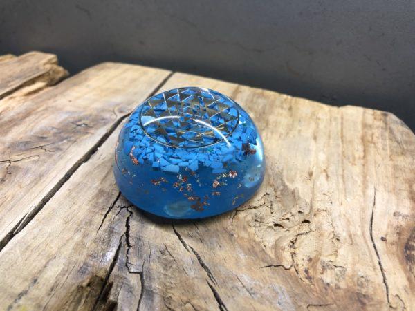 Orgonite demi sphère avec turquoise et symbole Sri Yantra