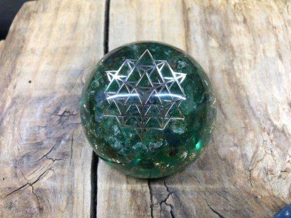 Orgonite demi sphère Aventurine verte et symbole Sri Yantra