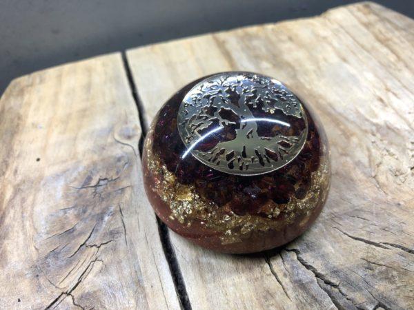 Orgonite demi sphère Grenat et symbole Arbre de vie