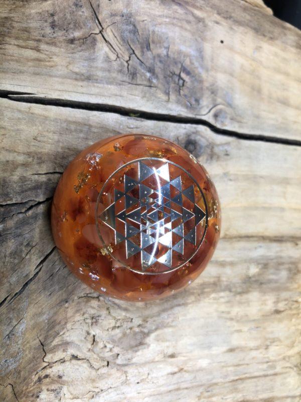 Orgonite demi sphère Cornaline et symbole Sri Yantra