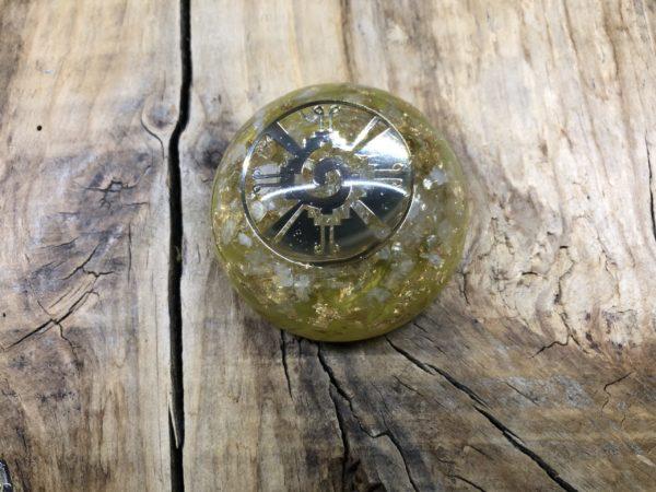 Orgonite demi sphère citrine et symbole Hunab Ku