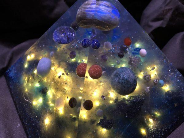 Orgonite pyramidale labradorite 18 cm / apatite / angélite / pyrite / donut ou pi chinois en sodalite / cristal de roche / perle de sodalite / howlite / hématite / cornaline ...