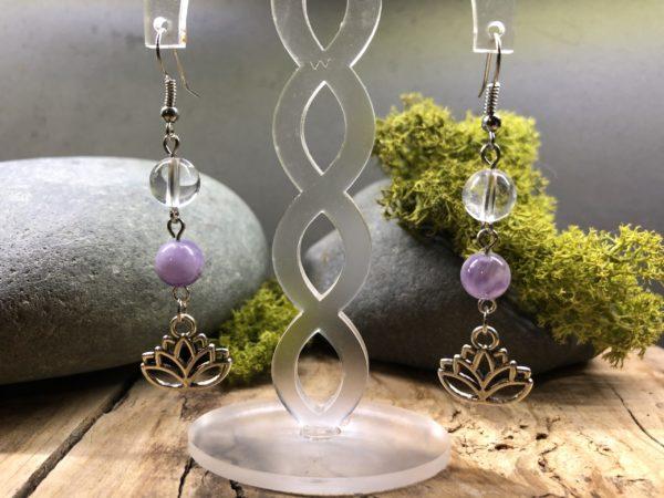 Boucles d'oreilles élégantes en Améthyste et Cristal de roche, avec Lotus.