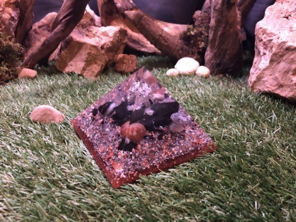 Orgonite pyramidale quartz tourmaline de 12 cm / fines baguettes de tourmaline noire / led changement de couleur / pierres d'agate / shungite brute / cristal de roche / feuilles d'argent & cuivre / poudre métallique / métaux