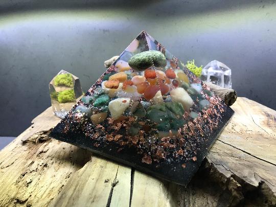 Orgonite pyramidale serpentine de 14 cm / calcite jaune / cornaline / agate mousse / jaspe / cristal de roche / feuilles d'or & cuivre / métaux