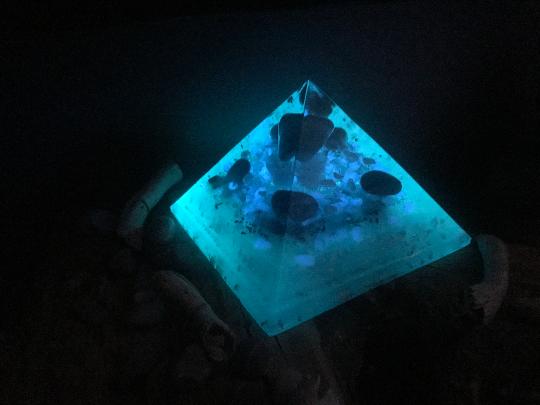Orgonite pyramidale agate bleue de 16 cm / jaspe bleu / shungite brute / cristal de roche / feuilles argent & cuivre / métaux / pigment phosphorescent