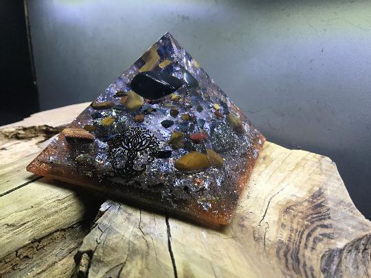 Orgonite pyramidale shungite roulée de 12 cm / pyrite / oeil de taureau / tigre / faucon de cristal de roche / feuilles d'argent / or / cuivre / métaux