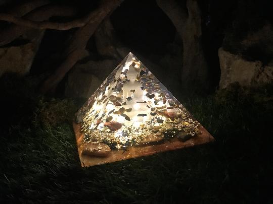 Orgonite pyramidale bouddha 18 cm pierres œil de faucon / œil de taureau / œil de tigre/ cristal de roche /feuilles d'or / métaux