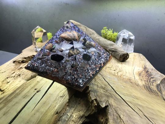 Orgonite pyramidale agate tutorielle de 12 cm / tourmaline noire roulée / cristal de roche / feuilles cuivre & d'argent / métaux