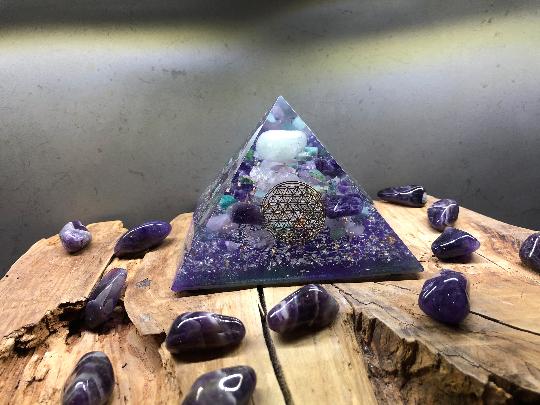 Orgonite pyramidale aigue marine de 12 cm / améthyste chevron / quartz rose / agate mousse / amazonite / cristal de roche / feuilles d'or / métaux