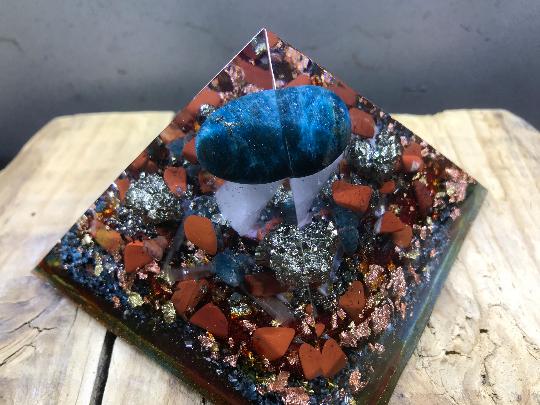 Orgonite pyramidale apatite bleu 9 cm jaspe rouge pyrite / sélénite / cristal de roche / feuilles d'or & cuivre / métaux