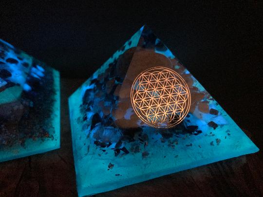 Orgonite pyramidale agate de 12 cm / lapis lazuli / sodalite / howlite / cristal de roche / feuilles d'argent / métaux / moellons & poudre phosphorescente / fleur de vie