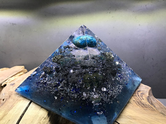 Orgonite pyramidale apathie bleue roulée & brute 14 cm pyrite / galène brute / obsidienne noire brute / cristal de roche / feuilles d'argent / métaux