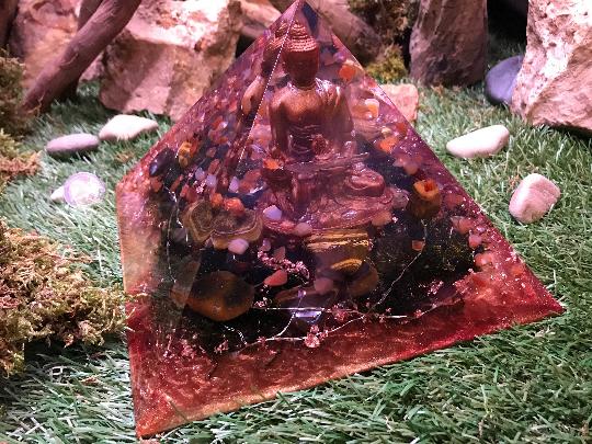 Orgonite pyramidale bouddha 20 cm d'œil de tigre / cornaline / d'agate / cristal de roche / feuilles de cuivre / métaux