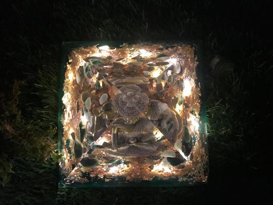 Orgonite pyramidale bouddha 18 cm agates / jaspe paysage / pyrite / sélénite / cristal de roche / sable / feuilles d'or & cuivre / métaux