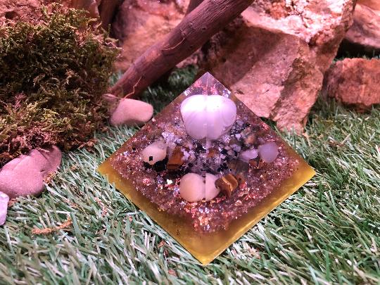 Orgonite pyramidale agate de 9 cm / citrine / calcite jaune / œil de tigre / tourmaline noire / cristal de roche / feuilles d'or & argent & cuivre / métaux
