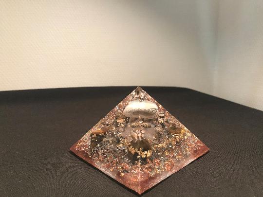 Orgonite pyramidale agate grise bandée de 9 cm / jaspe orbiculaire / d'œil de tigre / cristal de roche / feuilles d'or & cuivre / métaux