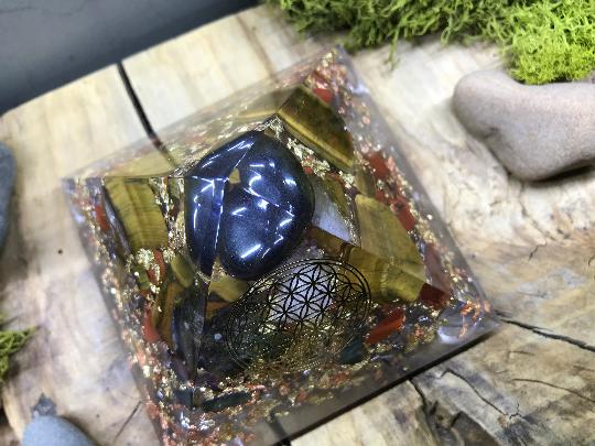 Orgonite pyramidale hematite de 9 cm / œil de tigre / jaspe rouge / cristal de roche / symbole fleur de vie / feuilles or & cuivre