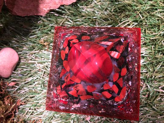 Orgonite pyramidale jaspe rouge de 9 cm / grenat / tourmaline noire brute / pyrite / cristal de roche / feuilles d'or & argent & cuivre / métaux