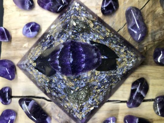 Orgonite pyramidale améthyste chevron de 9 cm / quartz rose / pyrite / shungite brute / cristal de roche / feuilles d'or & cuivre / métaux