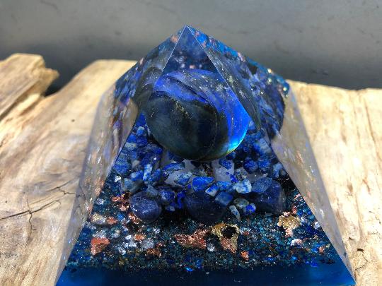 Orgonite pyramidale labradorite de 9 cm / lapis-lazuli / sodalite / cristal de roche / feuilles d'or & argent & cuivre / métaux