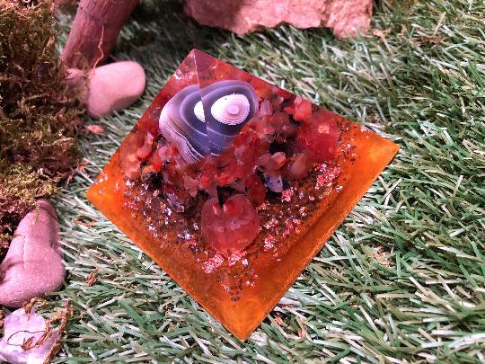 Orgonite pyramidale agate rubanée grise & orange de 9 cm / cornaline / jaspe orbiculaire / shungite brute / de cristal de roche / feuilles d'or / argent / cuivre / métaux