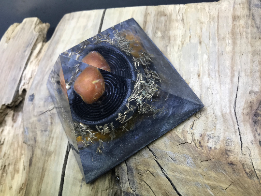 Orgonite pyramidale cornaline de 9 cm / cristal de roche / symbole labyrinthe / bronze