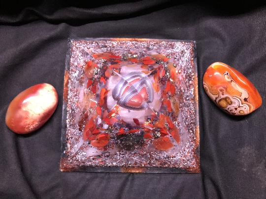 Orgonite pyramidale pierre agate grise du Botswana de 16 cm / cornaline / citrine / jaspe rouge / obsidienne larme d'apache / pyrite / cristal de roche / symbole géométrie sacrée céleste soleil et lune / feuilles cuivre & d'argent / métaux