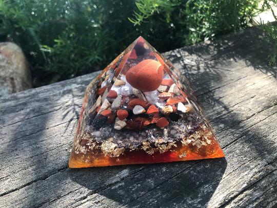 Orgonite pyramidale jaspe rouge de 9 cm / jaspe paysage / shungite brute / cristal de roche / feuilles d'or / métaux