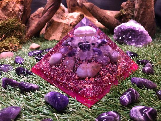 Orgonite pyramidale agate de 14 cm / améthystes chevrons / améthystes brute / quartz rose / cristal de roche / feuilles de cuivre / métaux