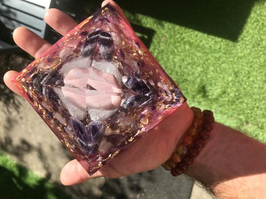 Orgonite pyramidale de 12 cm rhodonite / améthyste chevron / quartz rose / cristal de roche / feuilles d'or