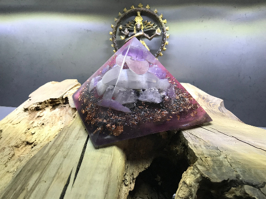 Orgonite pyramidale améthyste brute de 14 cm / quartz rose / sélénite / shungite brute / cristal de roche / feuilles de cuivre / métaux