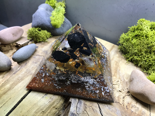 Orgonite pyramidale shungite brute de 9 cm / cristal de roche / feuilles d'or & copeaux