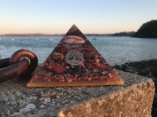 Orgonite pyramidale pierre de soleil de 12 cm / cornaline / calcite jaune brute / cristal de roche / symbole géométrie sacrée soleil & lune / feuilles de cuivre / métaux