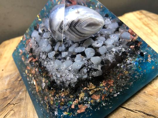 Orgonite pyramidale rubanée de 9 cm agate / angélite / célestine / cristal de roche / feuilles d'or & argent & cuivre / métaux