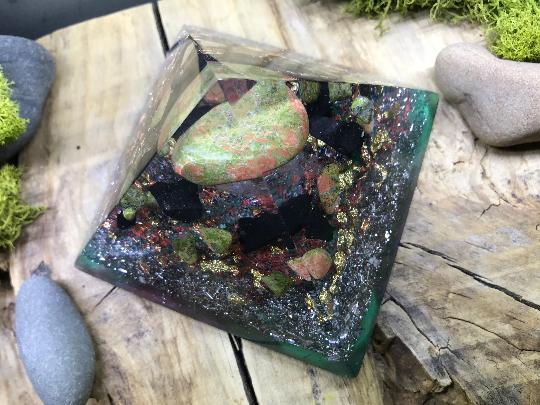 Orgonite pyramidale jaspe unakite de 9 cm / shungite brute / cristal de roche / feuilles d'or & cuivre / métaux